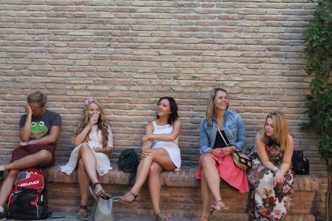 Cinco jóvenes extranjeros durante la visita.
